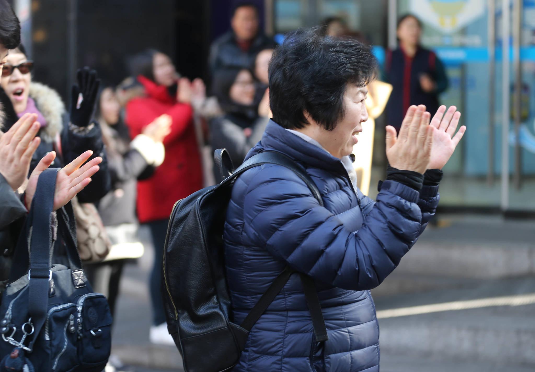 노희섭 인씨엠예술단 단장의 길거리 성악 공연을 들은 관객들이 박수치고 있다. 신인섭 기자
