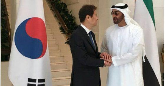 임종석 대통령 비서실장이 10일 오후 무함마드 빈 자이드 알 나흐얀 UAE 왕세제와 만나 악수하고 있다. [청와대 제공=연합뉴스]