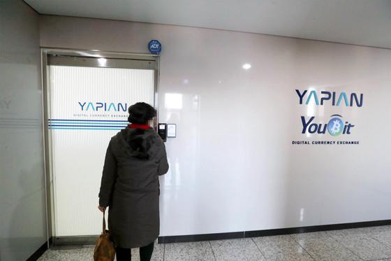 한 투자자가 21일 암호화폐 거래소 유빗(Youbit)을 운영한 서울 가양동 야피안 사무실로 들어가고 있다. 유빗은 지난 19일 해킹으로 전체 거래자산 상당량을 탈취당해 파산 절차에 들어갔다. [신인섭 기자]