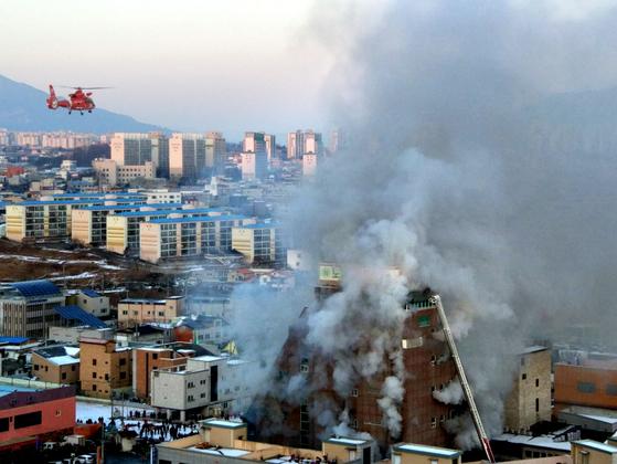 21일 오후 16명의 사망자를 낸 제천 복합건물 주변으로 구조헬기가 선회하고 있다. [연합뉴스]