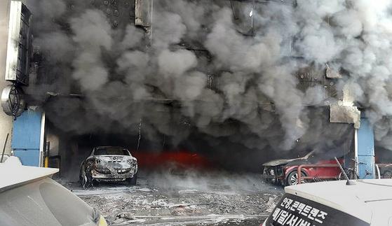 21일 오후 충북 제천시 하소동 9층짜리 스포츠센터가 화재로 아수라장으로 변했다. 스포츠센터 1층 주차장 입구에서 시작된 불은 순식간에 9층까지 옮겨붙었다. [사진제공=독자]