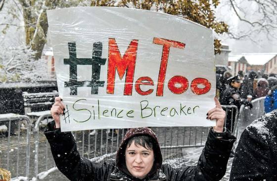 지난 9일(현지시간) 뉴욕 맨해튼의 트럼프 타워 앞에서 미투 캠페인 집회가 열렸다. [AFP=연합뉴스]