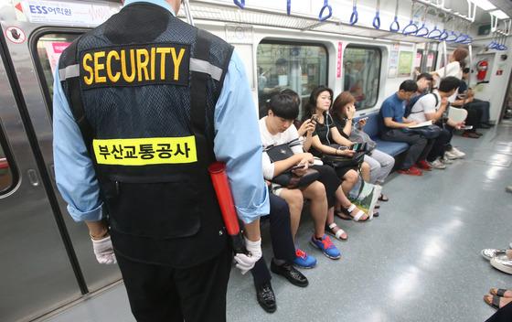 부산교통공사는 임산부와 영유아 및 어린이 동반 여성고객을 위해 22일부터 9월 21일까지 3개월간 도시철도 1호선 각 열차마다 5호차에 '여성 배려칸'을 마련하고 시범 운영에 들어갔다.첫날 출근시간 보안관이 여성배려칸에서 계도를 실시하고 있다.