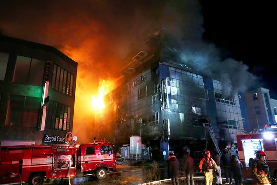 21일 오후 충북 제천시 하소동 피트니스센터에서 불이 나 소방대원들이 화재 진압을 하고 있다. [연합뉴스]