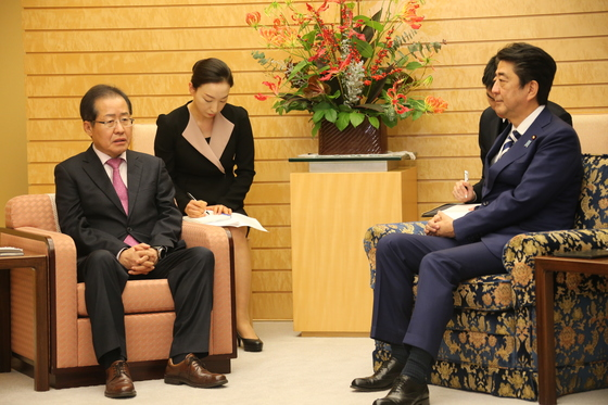 홍준표 자유한국당 대표가 14일 오후 일본 도쿄의 총리 관저에서 아베 신조 일본 총리와 면담했다.[사진 자유한국당]