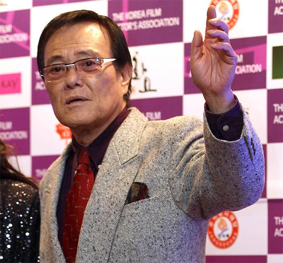 2013년 한국영화인협회가 주최한 행사에 참석한 자니 윤씨. 당시까지만 해도 그는 70대 후반이라고는 믿기지 않는 활동력을 보여줬다. [중앙포토]