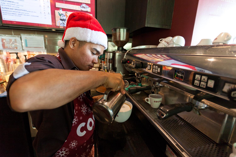 싼타 모자를 쓰고 커피를 만들고 있는 카페 직원의 모습. 최승표 기자