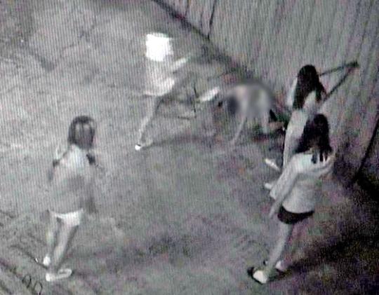 부산 여중생 폭행 사건 당시 상황이 담긴 폐쇄회로(CC)TV 화면. [중앙포토]