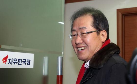 홍준표 자유한국당 대표가 22일 서울 여의도 당사로 출근하고 있다. 강정현 기자