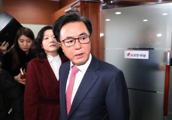 자유한국당 김태흠 최고위원이 22일 오전 서울 여의도 당사에서 열린 비공개 최고위회의 참석했다가 고성을 치며 회의장을 떠나고 있다. [연합뉴스]