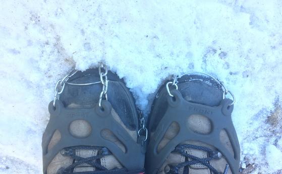 눈길을 안전하게 걷는 데 필요한 아이젠. 겨울산행에는 몇몇 장비가 필요하고 방한에 특별히 신경 써야 부상을 막는다. [사진 하만윤]