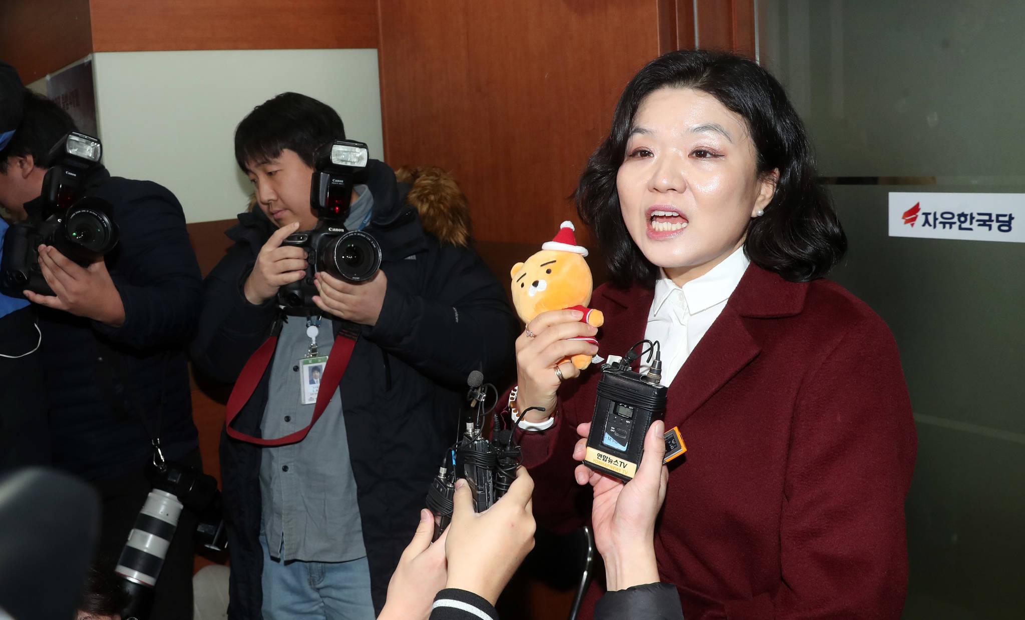 류여해 자유한국당 최고위원이 22일 서울 여의도 ??고위원회에 입장하려다 홍문표 사무총장이 제지하고 있다. 강정현 기자