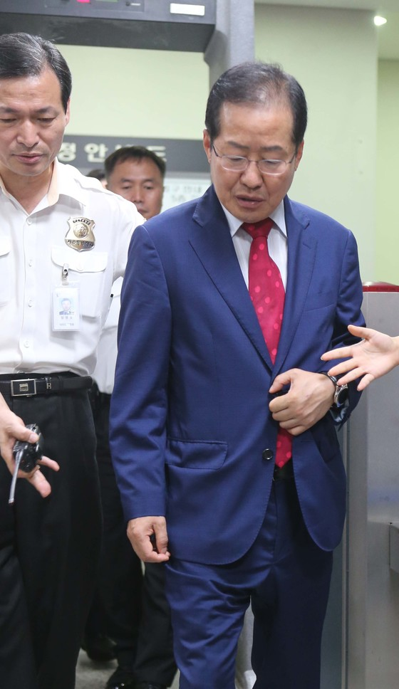 '성완종 리스트' 사건으로 지난해 1심에서 징역 1년 6개월을 선고 받던 당시의 홍준표 대표.[중앙포토]