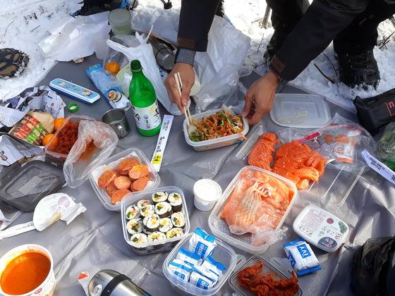 천동쉼터에서 먹은 이른 점심. 겨울 산에서의 식사는 추위와의 싸움이다. [사진 하만윤]