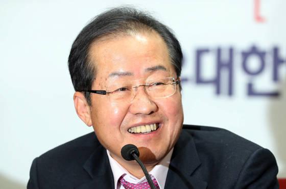 자유한국당 홍준표 대표가 '성완종 리스트' 관련 대법원의 무죄 선고를 받은 22일 오후 서울 여의도 당사에서 기자회견을 하고 있다. [연합뉴스]