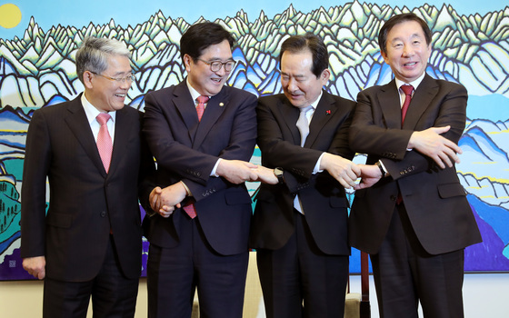 정세균 국회의장과 여야 3당 원내대표가 13일 오후 국회 의장실에서 만나 회동했다. 박종근 기자
