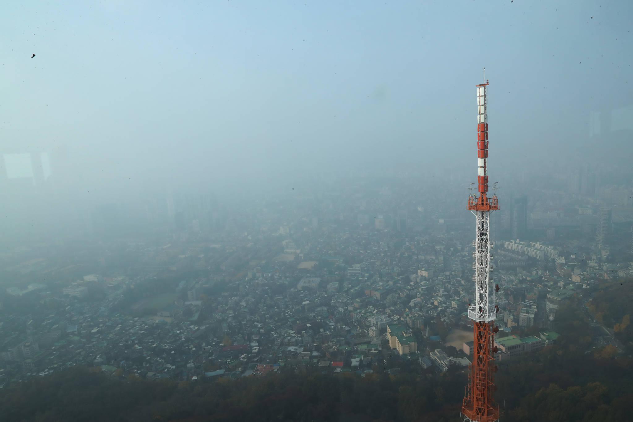 남산에서 내려다본 서울 시내가 미세먼지로 뒤덮여 있다. 크리스마스 연휴기간인 23일과 24일 중부지방을 중심으로 미세먼지 농도가 높을 것으로 국립환경과학원이 예보했다. [중앙포토]