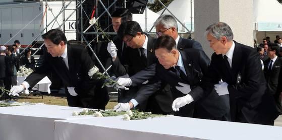 지난 4월 3일 오전 제주시 봉개동 4·3평화공원 위령제단에서 열린 4·3 희생자 추념식에서 참석자들. [사진 청와대사진기자단]