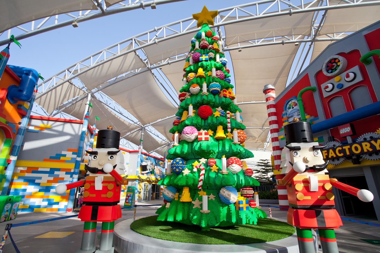두바이 파크 안에 있는 레고랜드 입구 전시된 트리와 크리스마스 장식. 최승표 기자