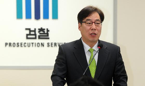 윤대진 부산지검 2차장 검사가 지난 3월 7일 오후 엘시티 비리 관련 브리핑을 하고 있다. 송봉근 기자