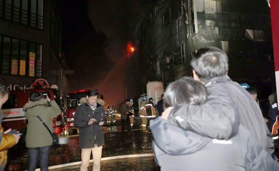 21일 오후 난 불로 사망자를 낸 제천 복합건물을 시민들이 걱정스러운 눈길로 바라보고 있다. [연합뉴스]