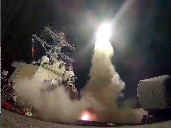 미국이 지난 4월 화학무기를 사용한 시리아 정부군의 공항을 향해 지중해에서 토마호크 미사일 수십기를 발사해 폭격했다. [AP=연합뉴스]