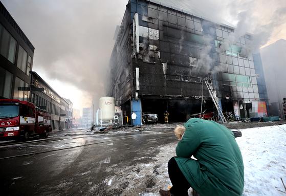 충북 제천 피트니스센터 화재   (제천=연합뉴스) 김형우 기자 = 21일 오후 충북 제천시 하소동 피트니스센터에서 불이 나 소방당국이 진화 작업을 벌이고 있다. 건물 내 30여 명의 이용객이 갇혀 있는 가운데 소식을 듣고 달려온 가족이 망연자실 하고 있다.   vodcast@yna.co.kr/2017-12-21 17:03:25/ <저작권자 ⓒ 1980-2017 ㈜연합뉴스. 무단 전재 재배포 금지.>