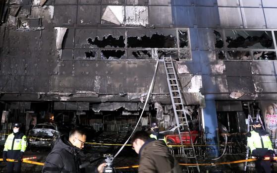대형 화재가 발생한 충북 제천시 스포츠센터 건물에서 22일 밤 경찰이 출입을 통제하고 있다. [김성태 기자]