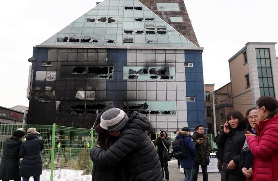 22일 충북 제천시 하소동 소재 8층 건물 스포츠센터를 찾은 시민들이 부둥켜안고 슬퍼하고 있다. 프리랜서 김성태