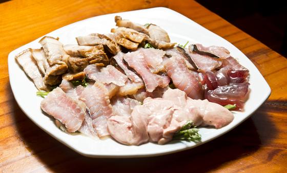 홍어 '특'을 시키면 한 마리에 4~5점 밖에 안 나오는 귀한 홍어코를 맛볼 수 있다. 홍어코는 홍어 부위 중 가장 맛있다고 손꼽힌다. 사진 위부터 돼지고기, 홍어회, 홍어코, 홍어애. 김경록 기자.