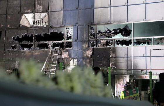 29명이 숨지고 36명이 다치는 대형 참사가 발생한 충북 제천시 하소동 소재 8층 건물 스포츠센터 사고현장에서 22일 밤 경찰들이 출입을 통제하고 있다. [중앙포토]