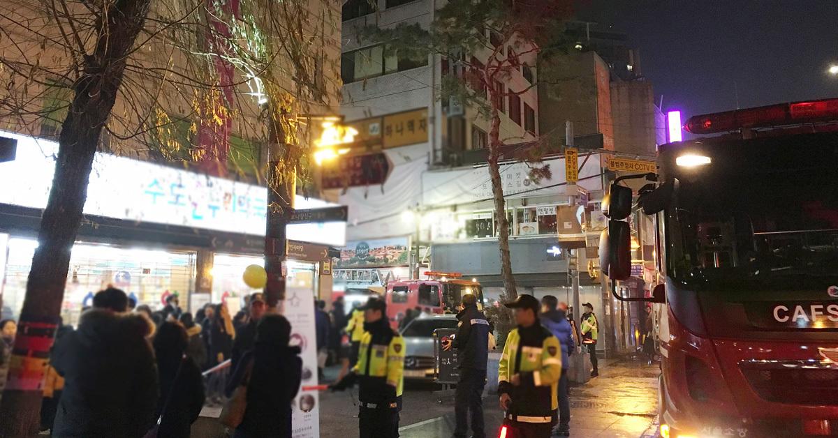 23일 오후 화재가 발생한 서울 종로구 인사동 거리가 나들이 나온 시민들과 대피한 이들로 혼잡하다. 건물 옥상에서 난 불은 현재 진화된 상태로, 인명피해는 없는 것으로 전해졌다. [연합뉴스]