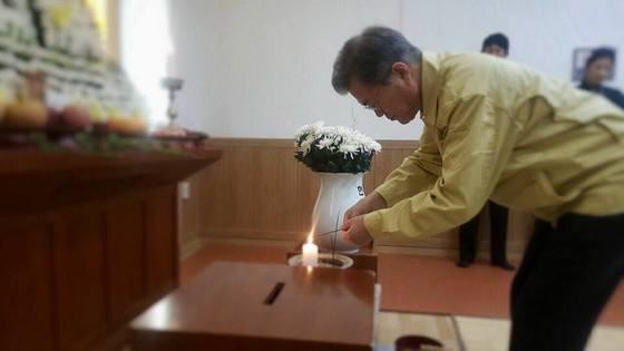 문재인 대통령이 22일 충북 제천의 한 장례식장에서 화재 참사 희생자를 조문하고 있다. [박수현 청와대 대변인 페이스북]