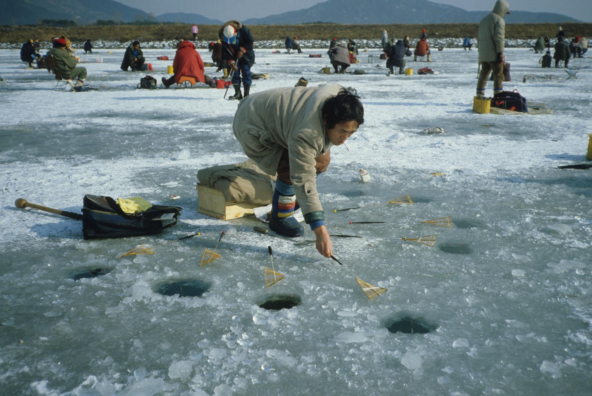 호수 위에서 얼음낚시를 하고 있는 모습. 얼어붙은 호수 아래서도 물고기가 살 수 있는 것은 물의 독특한 물리화학적 특성 덕분이다. [중앙포토]