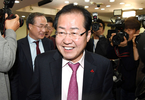 홍준표 자유한국당 대표가 22일 오후 '성완종 리스트' 관련 대법원 상고심에서 무죄 확정판결을 받았다. 홍 대표가 여의도 당사에서 판결과 관련해 기자회견을 한 뒤 회의장을 나서고 있다. [강정현 기자]
