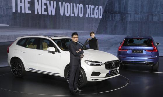 지난 9월 서울 그랜드하얏트호텔에서 열린 볼보 '더 뉴 XC60' 출시 행사. 이 차량을 디자인한 한국인 이정현 디자이너(안경 쓴 남자)가 직접 차량을 소개했다. [중앙DB]
