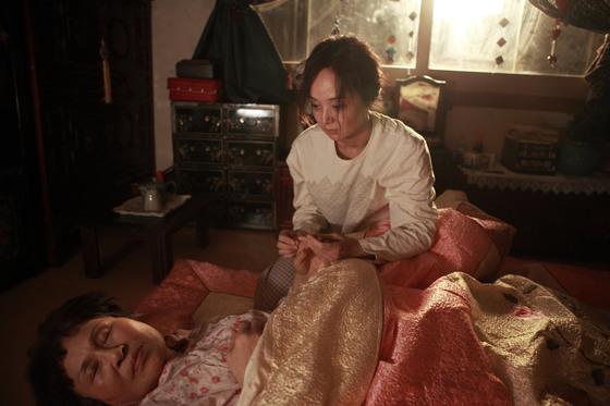 시한부 인희(배종옥 분)가 자신이 죽게되면 남겨질 시어머니(김지영 분)를 바라보고 있다.