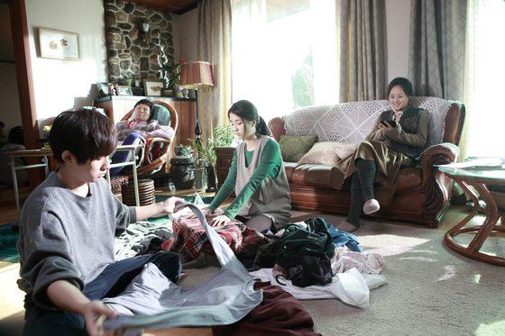 집안일을 돕고 있는 딸 연수(박하선)와 아들 정수(류덕환).