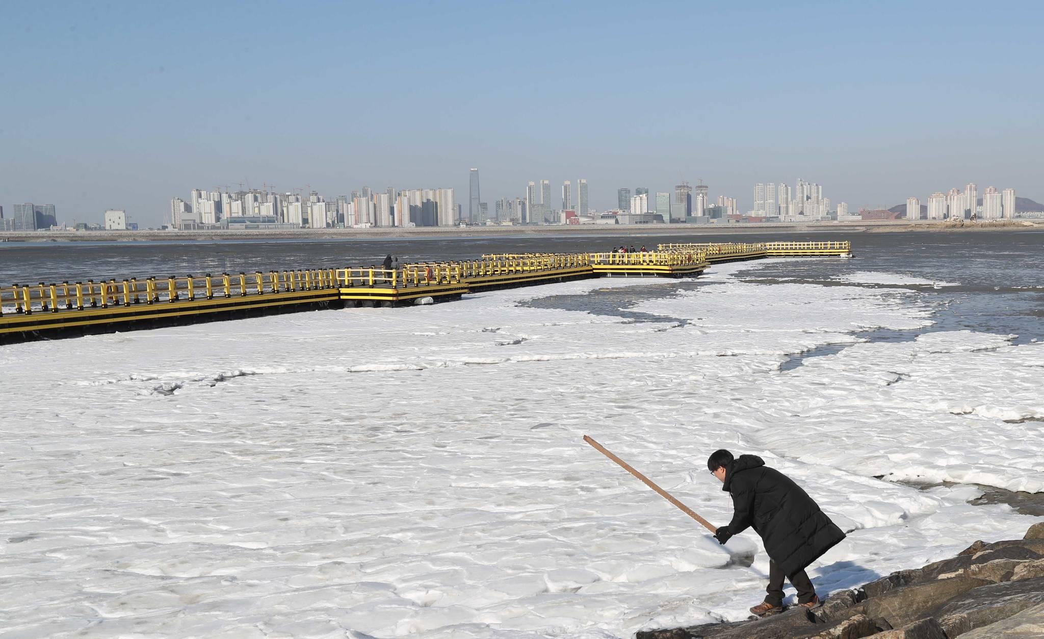 혹한에는 바닷물도 얼어붙는다. 인천 오이도 선착장이 얼음과 눈으로 덮혀있다. [중앙포토]
