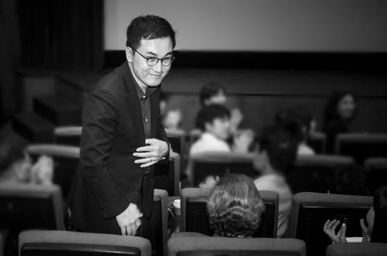 고 김사복씨의 아들 김승필씨가 2017년 9월 11일 슈뢰더 전 독일 총리와 영화 [택시운전사]를 관람하기 전에 인사를 하고 있다. [권혁재 사진전문기자]
