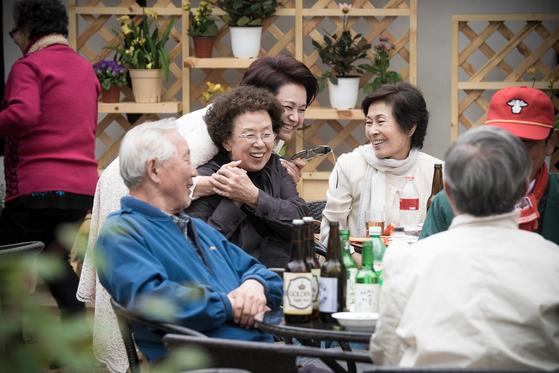 드라마 '디어 마이 프렌즈'는 60~70대가 주인공이다. 왼쪽부터 나문희, 박원숙, 김혜자.  [사진제공=tvN]