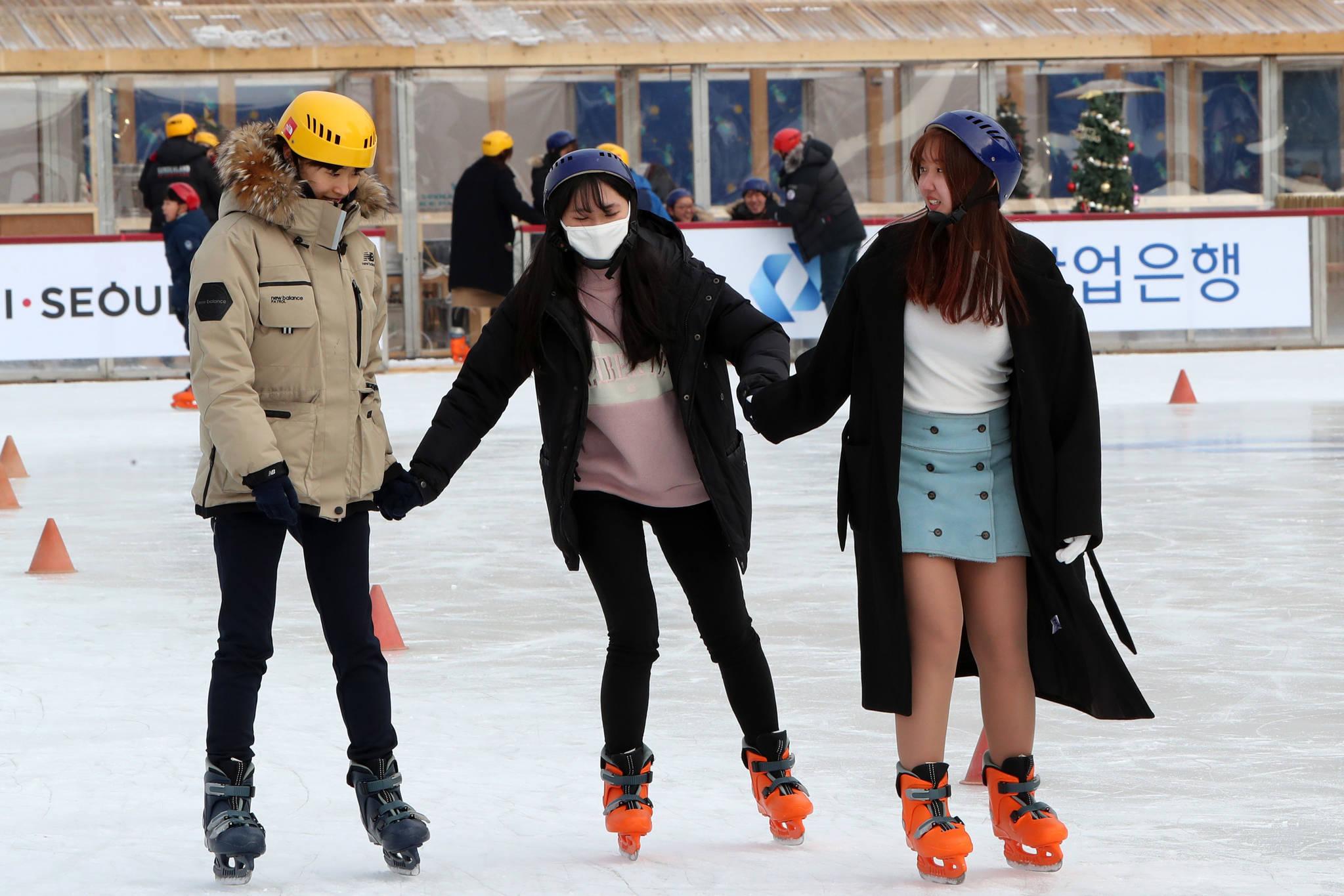 지난 20일 개장한 서울 여의도공원 스케이트장 '여의아이스파크'. 얼음에 압력이 가해지면 순간적으로 얼음이 녹게 되는데, 이런 원리를 이용한 것이 스케이트다. 조문규 기자