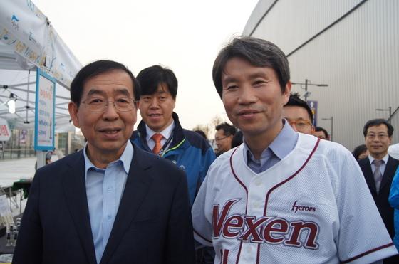 박원순 서울시장과 민주당 이인영 의원이 지난해 서울 구로구 고척스카이돔에서 만났다. 사진=이인영 의원 홈페이지