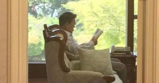문재인 대통령이 여름 휴가 중 독서를 하고 있는 모습 [사진 청와대]