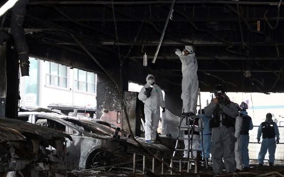 지난 22일 국과수와 소방청, 가스공사 등 요원들이 충북 제천 복합상가 건물 화재현장을 감식하고 있다. 프리랜서 김성태