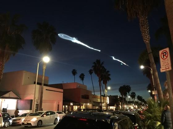 23일(한국시간) 국내 온라인 커뮤니티와 SNS에 올라온 사진. 미국 로스앤젤레스(LA)의 하늘에 정체불명의 특이한 비행체가 나타나 흰 연기를 뿜으며 날아가고 있다. 이 비행체는 이날 미 서부시간 오후 5시30분 직전 로스앤젤레스 북서쪽 반덴버그 공군기지에서 발사된 미국의 민간 우주 사업체인 스페이스X사의 '팰컨 9' 로켓으로 밝혀졌다. [사진 온라인 커뮤니티]