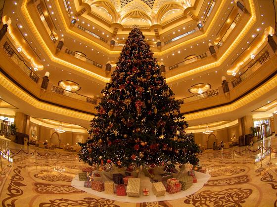 아랍에미리트(UAE) 수도 아부다비의 자랑인 아부다비 에미리트 팰리스 호텔 로비에 설치됐던 성탄 트리. 무슬림 국가로서 성탄 분위기는 찾아보기 힘들지만 전 세계에서 찾아온 주민과 관광객을 위해 성탄 트리를 설치했다. [flickr stefan@austria]