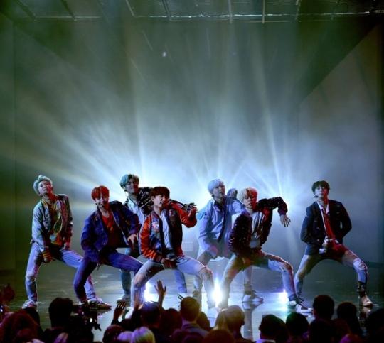 2017 아메리칸 뮤직 어워드에서 공연을 펼친 방탄소년단.