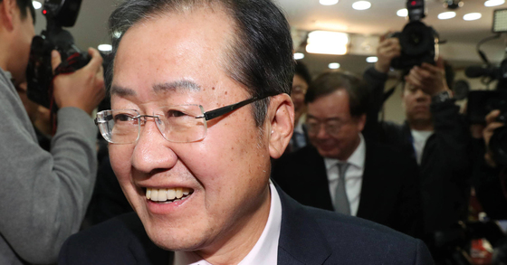 자유한국당 홍준표 대표가 '성완종 리스트' 관련 대법원의 무죄 선고를 받은 22일 오후 서울 여의도 당사에서 기자회견 후 밝은 표정으로 회견장을 나가고 있다. [연합뉴스]