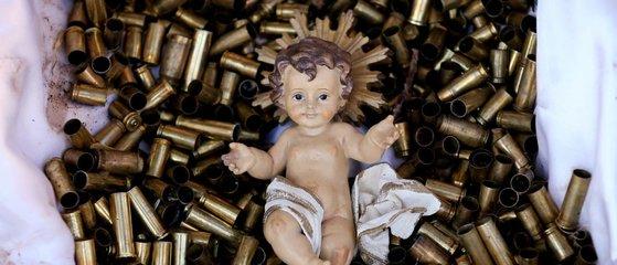 이탈리아 성당이 탄피 수백개 위에 아기예수가 놓인 모습을 올해 성탄절을 맞아 만들었다. 아기예수 탄생 장면을 처음 선보였던 아시시의 성프란치스코 성당이다. 종교적 갈등이 수많은 생명을 앗아가고 있는 세계에 경종을 울리고 있다. [데일리메일 캡처]